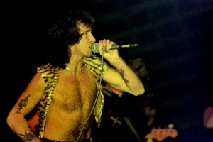ob_f8e1d1_bon-scott-1976-acdc-first-tour-europe